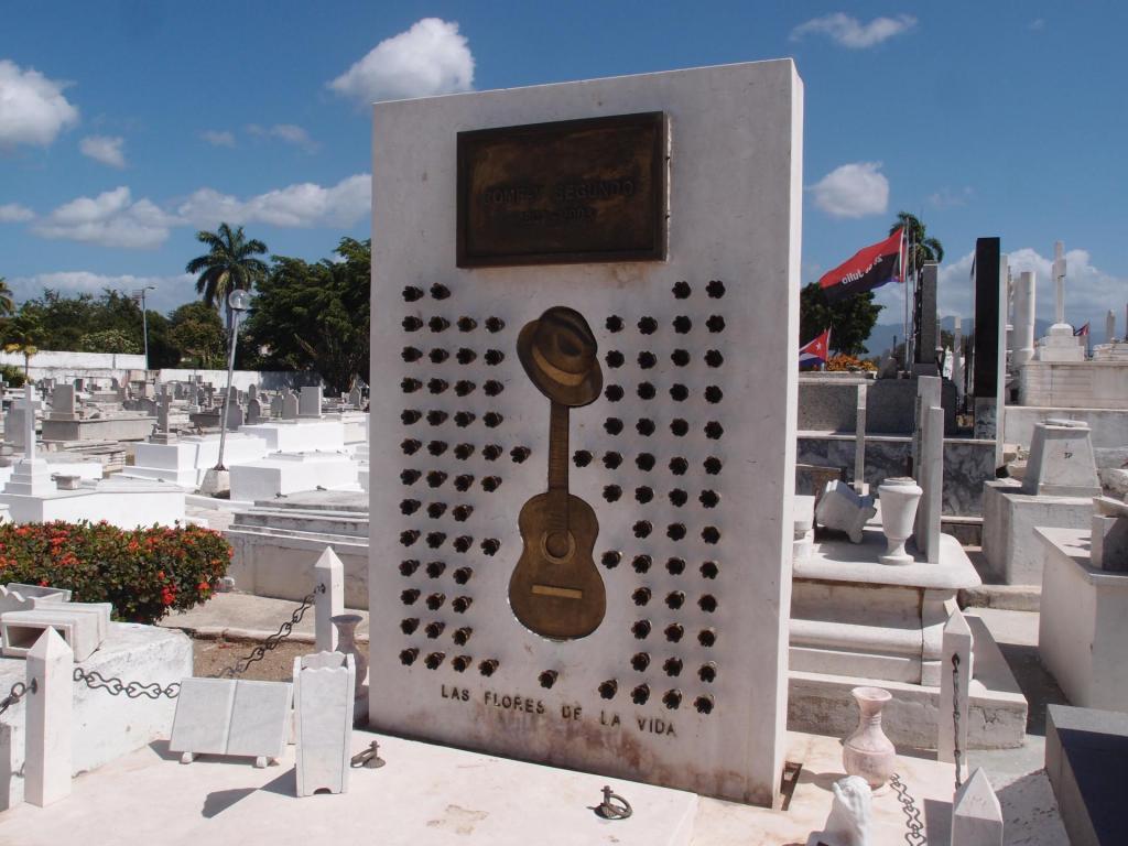 Cuba er grava til Compay Segundo i Buena Vista Social Club, med gitaren, hatten og ei rose for kvar av dei 95 åra han levde. Vakkert, vakkert! (Grava til Fidel ligg også på Santa Ifigenia-gravplassen i Santiago, men den er ikkje så fin.)